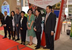 The Chinese delegation visits the Chinese stands.