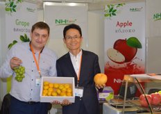 Fruit from the South Korean company, NH Nong Hyup. Ivan Melnichenko of the Mediagroup is a Russian partner of this company and runs the logistics department. Next to him is Kan He Jung.